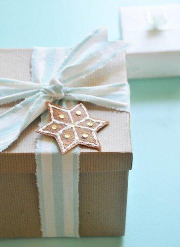 Một mẫu bánh gừng hình bông tuyết đơn giản để trang trí trên cây thông noel, quà giáng sinh