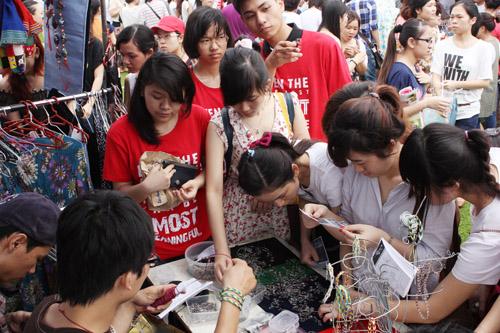 Làm vòng handmade theo yêu cầu ở hội chợ fleamarket