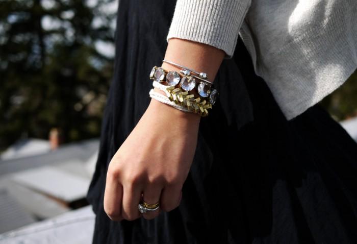 Vòng tay handmade kim loại đi kèm với những chiếc vòng tay handmade vintage khác trông rất thời trang phải không?