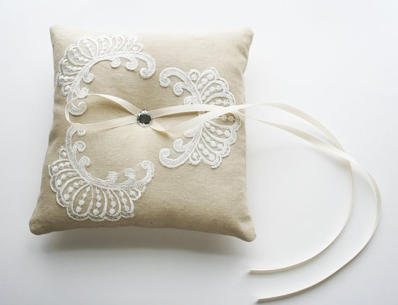 Gối ren và ruy băng handmade trang trí tiệc cưới và phòng khách