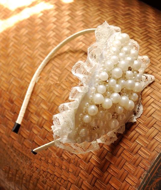 Bờm tóc handmade kết hạt cườm dành cho những buổi tiệc, rất thích hợp với váy ren trắng nhé