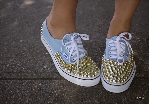 Nạm đinh biến đôi giày thể thao thành đôi giày đinh tán phong cách