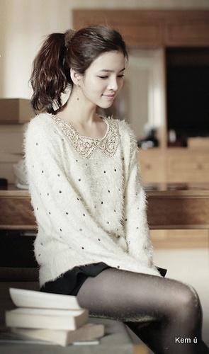 Tương tự kết cườm với cổ áo peter pan của áo len cũng rất đẹp