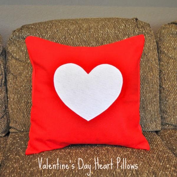 Tự làm gối handmade vải nỉ sẽ giúp bạn tiết kiệm rất nhiều so với đi mua quà valentine đấy!