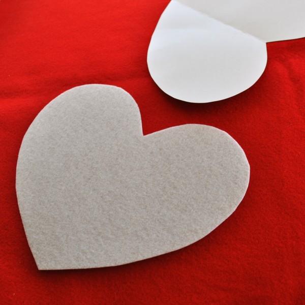Cắt hình trái tim từ vải dạ nỉ trắng trang trí mặt trước gối handmade