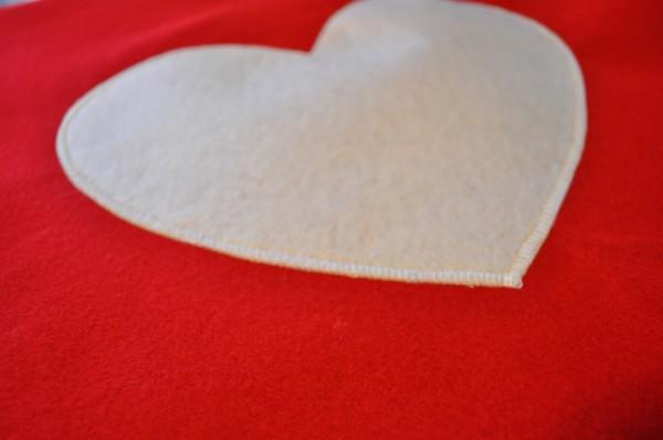 Mặt trước món quà sau khi được trang trí với trái tim trắng