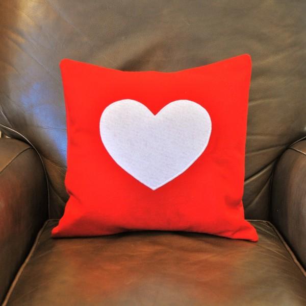 Nhớ sửa sang vỏ gối để món quà valentine của chúng mình được đẹp hơn nhé!