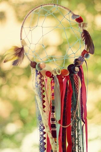 Dreamcatcher đậm chất handmade – theo phong cách cá tính. Chiếc dreamcatcher này được làm hoàn toàn từ dây ruy băng, ren các màu và dây cói. Làm quà sinh nhật cho cô bạn thích phong cách bohemien thì còn gì bằng