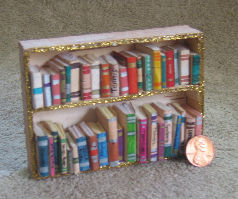 Gía sách tí hon – món quà sinh nhật, quà tặng người yêu kute. Bất kỳ cô bé nào từng chơi búp bê đều thích tủ sách mini này đấy!