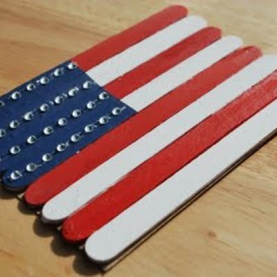 Keo nến, màu acrylic và hạt cườm, que đè lưỡi là tất cả những gì bạn cần để làm chiếc khung ảnh hình cờ Mỹ này