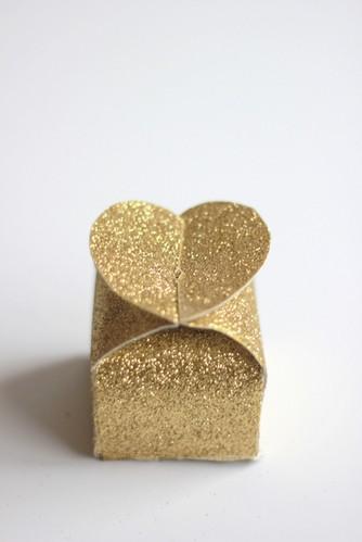 Hộp quà valentine hoàn chỉnh từ bìa mô hình, chiếc hộp màu vàng đẹp không kém màu đỏ,