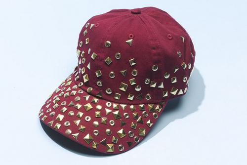 Mũ đinh tán - phụ kiện thời trang độc đáo