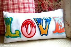 Chữ Love đa màu sắc nổi bật trên nền vải nỉ Hàn Quốc trắng