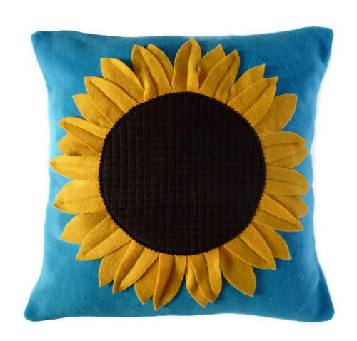 Gối vải nỉ hoa hướng dương trên nên xanh nhã nhặn sẽ là phụ kiện trang trí nội thất tuyệt vời