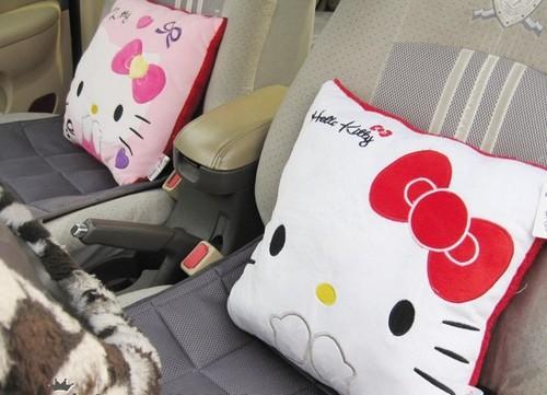 Gối vải nỉ Hello Kitty có thể dùng làm gối tựa trên ô tô