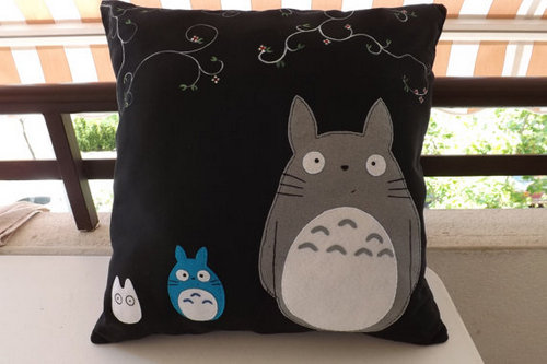 Có tận 3 Totoro trên chiếc gối này đó