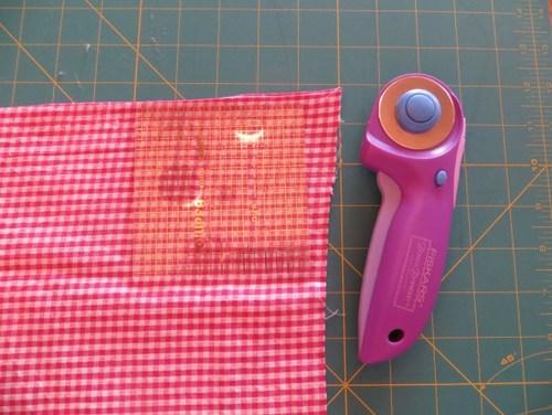 Dùng thước vuông đo vải và tạo hình
