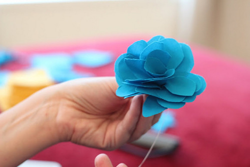 Hoa hồng xanh từ vải dạ