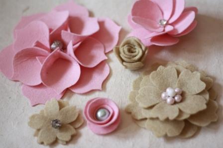 Thêm hạt cườm sẽ làm bông hoa vải của bạn trông rất dịu dàng