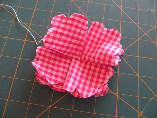Đặt các cánh hoa hình tam giác lên đế vào khâu