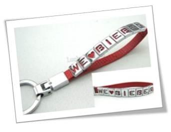 Vòng tay gắn chữ kim loại với dây da màu đỏ nổi bật