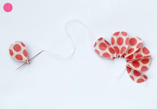 Khâu các cánh hoa vải vintage khum lại tạo vẻ tự nhiên