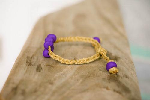 Sắc tím nổi bật của vòng tay handmade từ đất sét