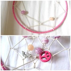 Hạt nhựa màu tím nhạt và hạt gỗ màu hồng thật ton sur ton với màu dây của khung Dreamcatcher