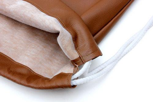 Balo dây rút làm từ vải dù hoặc da thêm một lớp vải lót bên trong