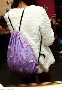 Balo rút dây handmade từ vải họa tiết ngộ nghĩnh. May ba lô (may ba lô) như thế này không hề khó.