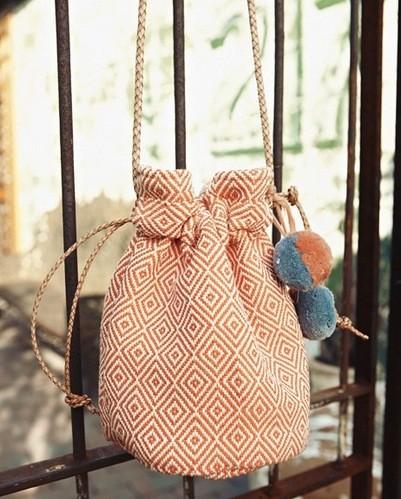 Balo dây rút được trang trí thêm vài cục bông nhỏ xinh rất độc đáo. May balo này bạn chỉ cần bỏ ra từ 1 đến 1 tiếng rưỡi thôi
