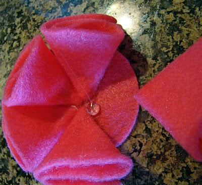 Dùng keo nến cố định cánh hoa làm đồ handmade vải dạ
