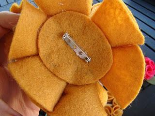 Hoa vải dạ có kim băng có thể dùng để cài trang trí dễ dàng hơn