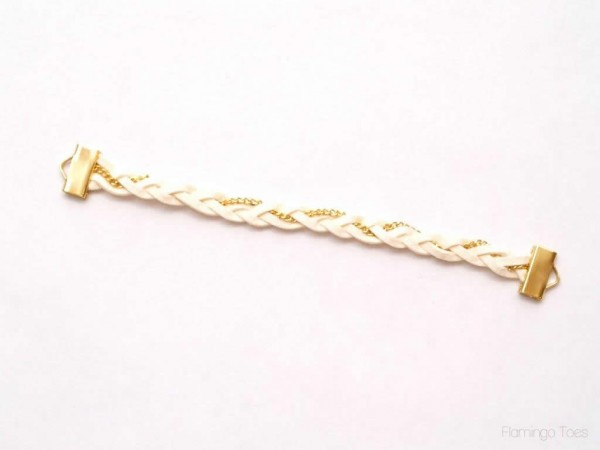 Chiếc vòng tay handmade đã gần hoàn thiện rồi đấy! Đẹp không kém gì vòng tay tình bạn nhỉ?
