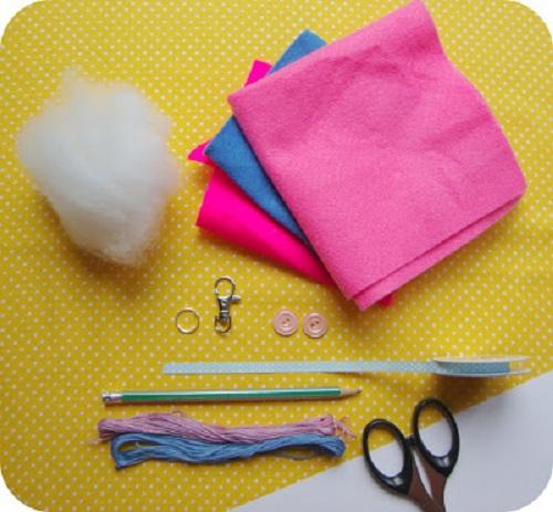 Các nguyên liệu cần chuẩn bị để làm móc khóa bằng vải nỉ dạ