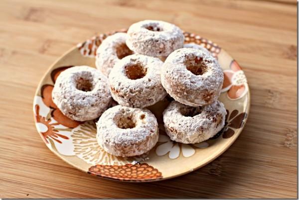 Đường bột làm bánh rắc trên donut