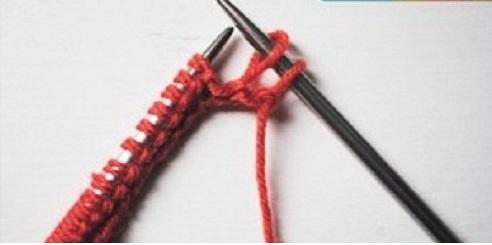 Tháo và nhấc mũi len từ que bên trái sang quen bên phải.