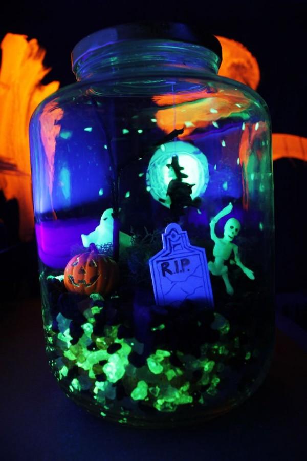 Kết hợp với sỏi dạ quang và mô hình là cách trang trí lọ thủy tinh theme Halloween