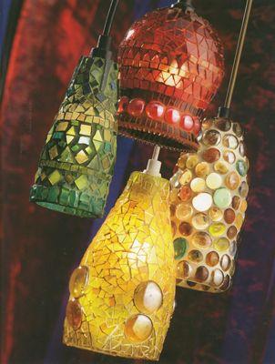 Trang trí chai thủy tinh làm đèn treo với kính vụn và sỏi màu theo phong cách mosaic