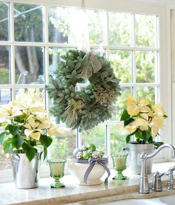 Trang trí cửa sổ với vòng hoa giáng sinh cùng nến thơm
