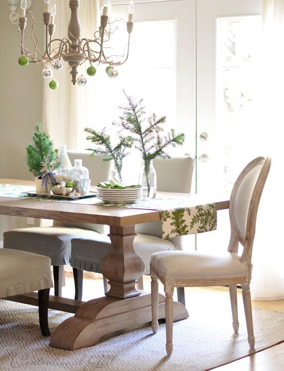 Phòng ăn trang trí cách điệu với lọ thủy tinh và nhành thông