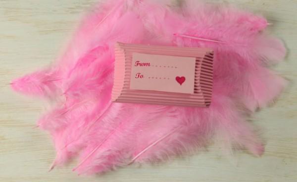 Hộp quà valentine pillow box – trông y như một chiếc gối bằng giấy ý nhỉ