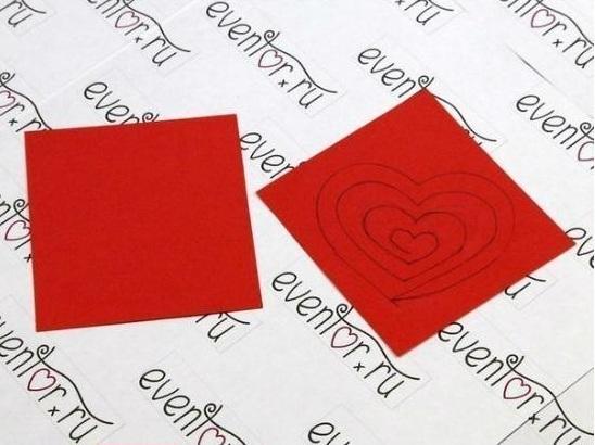 Đầu tiên cắt giấy đỏ thành hình vuông rồi vẽ theo mẫu
