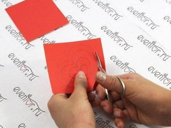Dùng kéo hoặc dao rọc giấy lượn theo các đường vẽ…