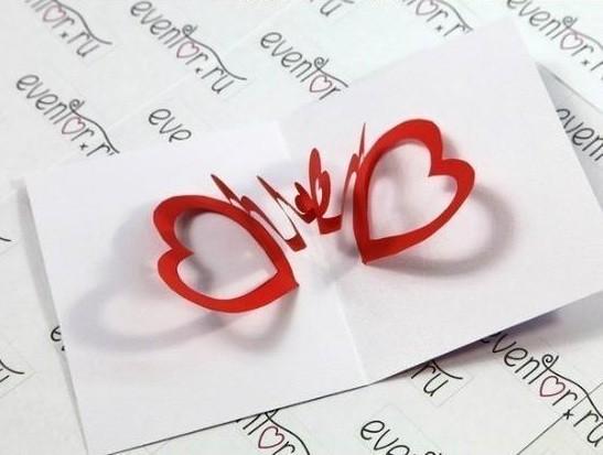 Dán hình cắt vào một tấm bìa trắng, vậy là thiệp valentine handmade đẹp đã xong rồi!