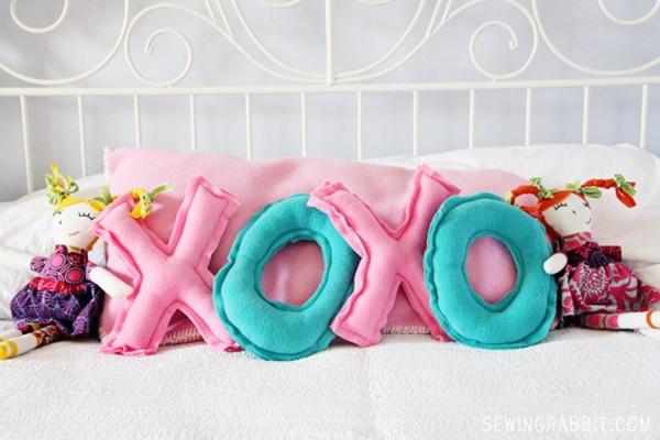 Gối vải nỉ XOXO handmade – quà valentine độc đáo tự làm