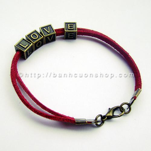 """V24 Lắc tay tình yêu- 45k. Chiếc vòng tay làm từ dây da lộn và những chữ hộp cute. Đây là một món quà bạn tuyệt vời bạn gửi tặng """"người ấy"""" để nói lên tình cảm của mình."""