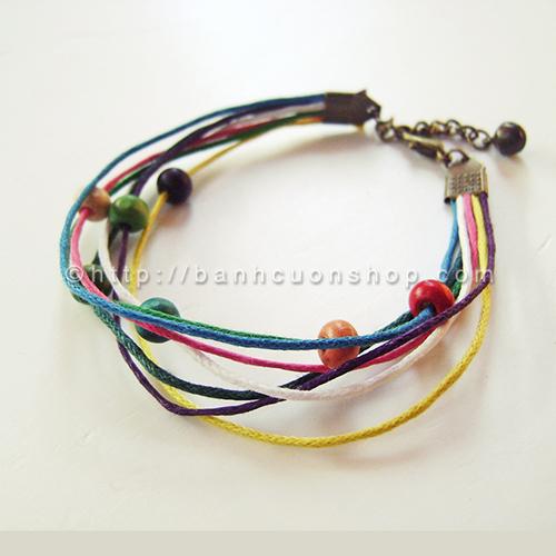V76 Vòng tay kẹo đường- 35k. Vòng tay bằng dây cói nhiều màu và hạt gỗ nhiều màu. Một chiếc vòng đơn giản nhưng trẻ trung, năng động phù hợp với tuổi teen.