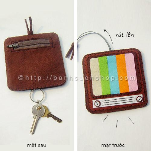 BK07 Bao khóa kiêm ví đựng vé xe Ti Vi cổ. Chiếc bao khóa mang dáng vẻ cổ điển của chiếc TV xưa nhưng vẫn mang đầy màu sắc. Vừa là bao khóa vừa làm ví đựng tiền thì quá tuyệt nhỉ!