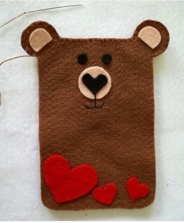 Dán trang trí cho chú gấu xinh xắn.